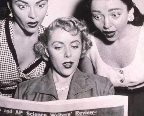 Mulheres vintage lendo notícias