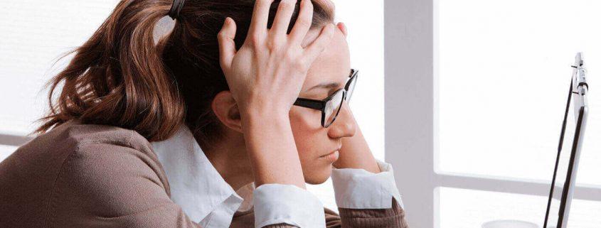 Mulher estressada na frente do computador