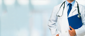 Médico com um estetoscópio nos ombros, e uma pasta em sua mão