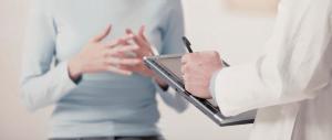 Médico atendendo seu paciente com um tablet nas mãos