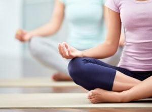 Mulheres relaxando durante a yoga