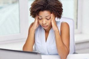 Mulher estressada na mesa do trabalho