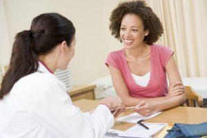 Mulher se consultando com uma médica